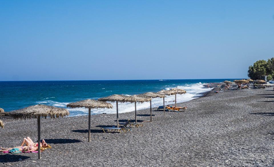 spiaggia di kamari a santorini
